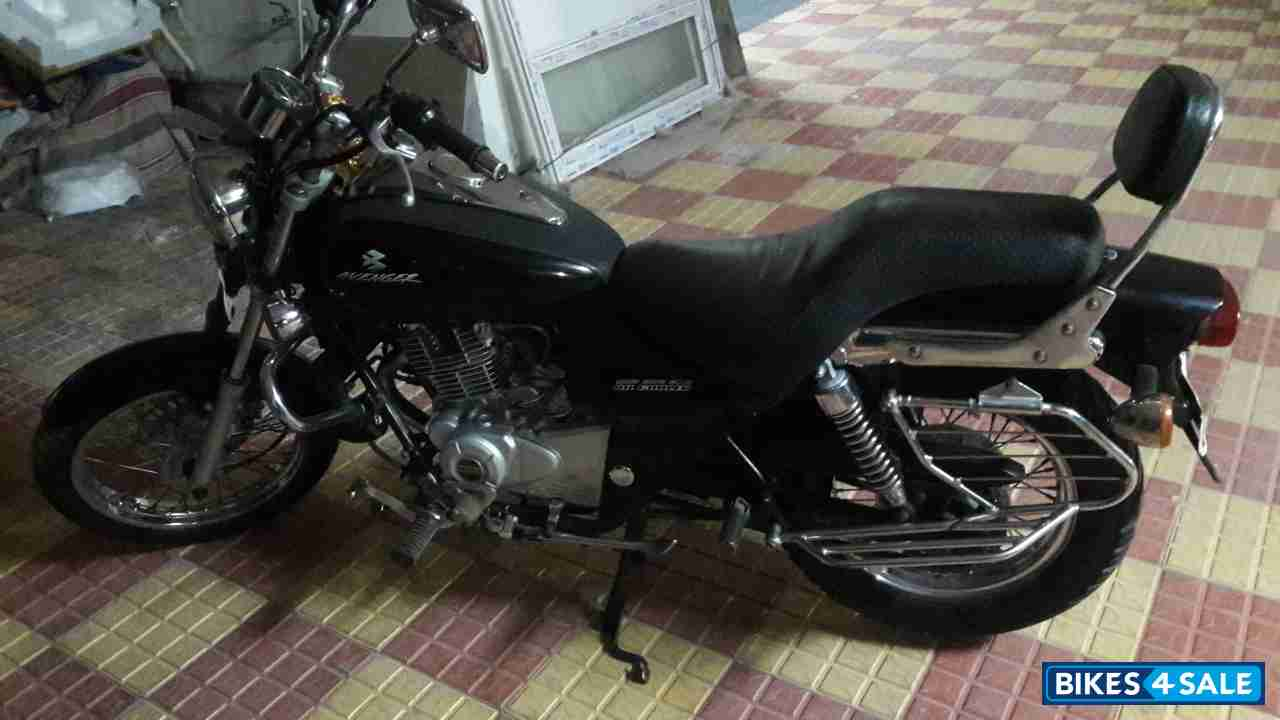 Midnight Black Bajaj Avenger 220 DTS-i