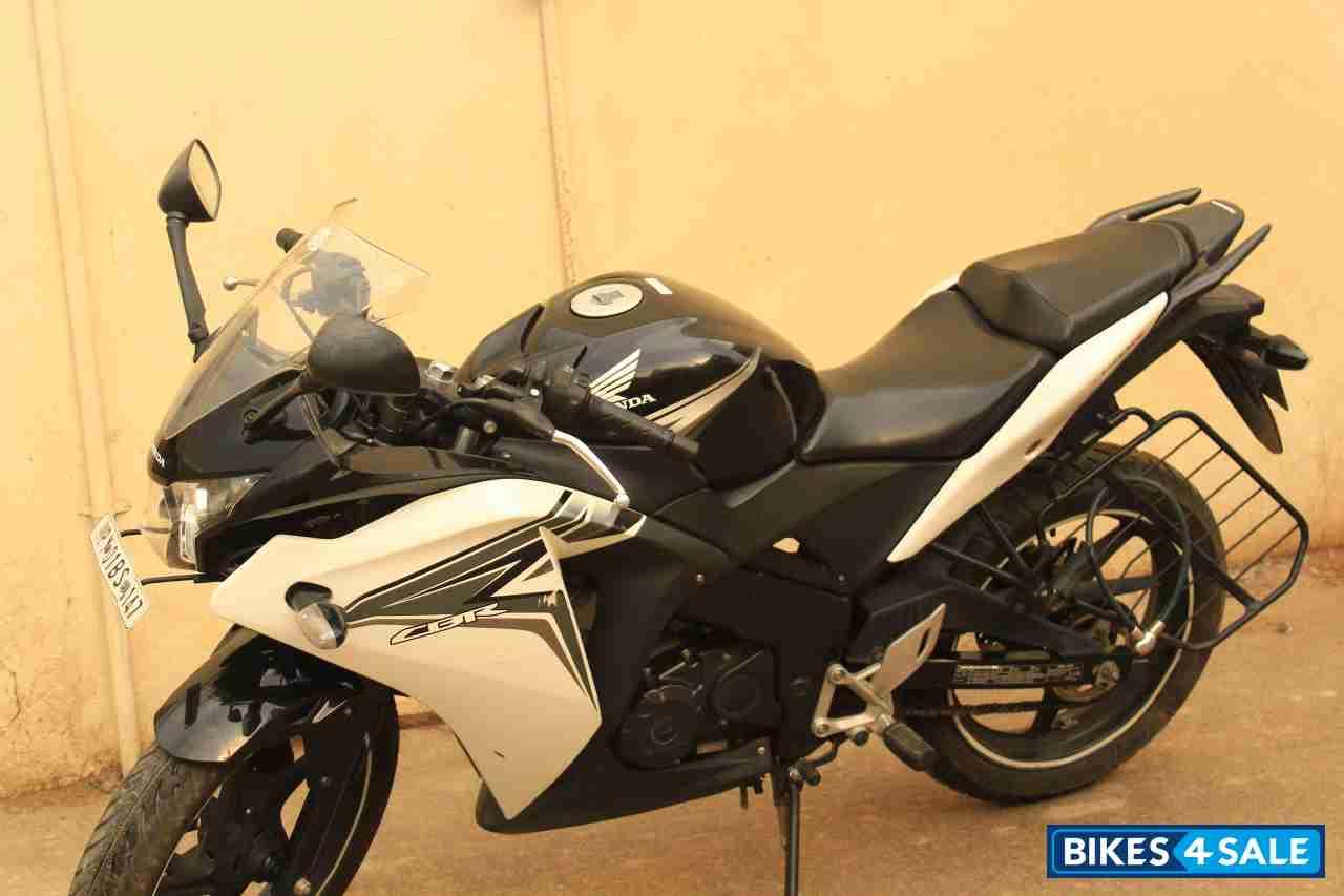Black white honda cbr 150r